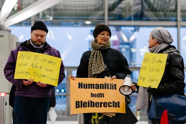 Hamburg, 06.12.14: Scheinabschiebung der Familie Seferovic - Humanität heißt Bleiberecht!