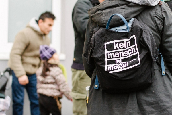 Hamburg, 06.12.14: Scheinabschiebung der Familie Seferovic; Kein Mensch ist illegal!